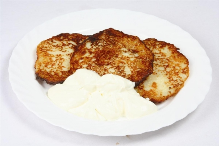 Grated potato pancakes with sour cream